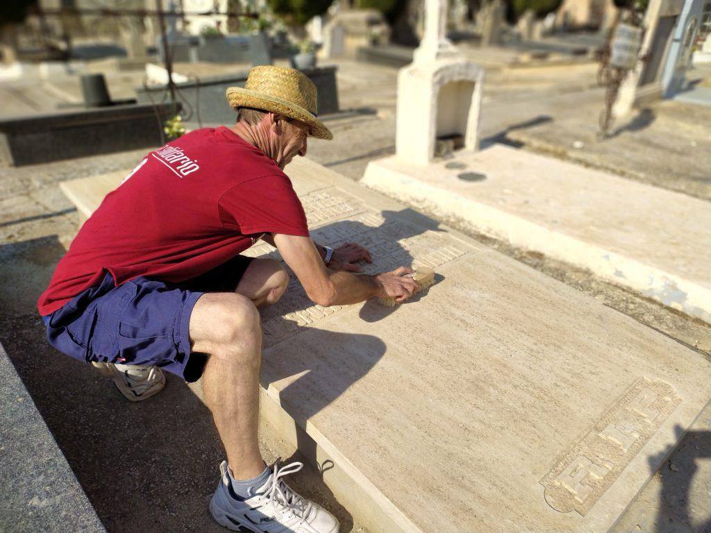 Francisco trabajando en el cementerio de Albacete